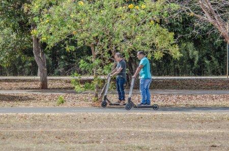 Photo pour Personnes faisant du sport et se reposant dans le parc de la ville, Brésil - image libre de droit