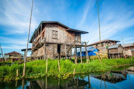 Photo pour Village sur le lac Inle au Myanmar - image libre de droit