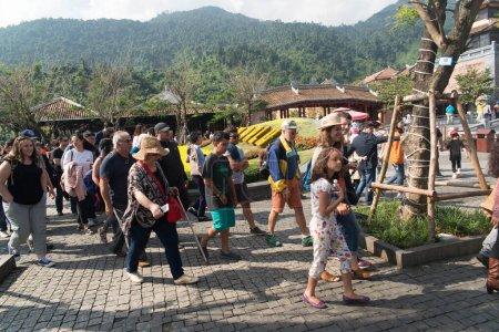 Photo pour Touristes qui regardent Sunworld Ba Na Hills Park au Vietnam, Da Nang - image libre de droit