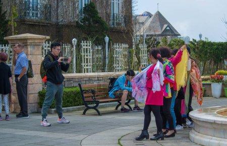 Photo pour Personnes au spectacle au Sunworld Ba Na Hills Park au Vietnam, Da Nang. - image libre de droit