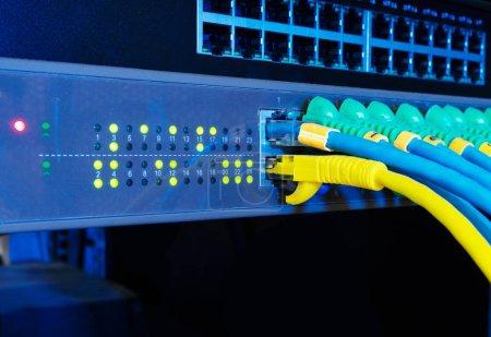 Photo pour Panneau de serveur réseau sur fond noir dans le concept de la technologie. Commutateur et câble câbles dans la salle des données. - image libre de droit