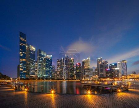 Foto de Centro ciudad de Singapur en el área de Marina Bay. Edificios de distrito financiero y rascacielos por la noche - Imagen libre de derechos