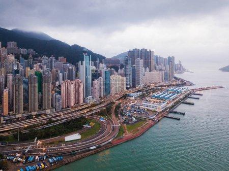 Foto de Vista aérea del centro de Hong Kong y el puerto de Victoria. Distrito financiero y centros de negocios en la ciudad inteligente en Asia. Rascacielos y edificios de gran altura. Vista panorámica - Imagen libre de derechos