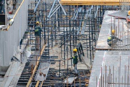Luftaufnahme von fleißigen Industriearbeitern auf der Baustelle mit cr