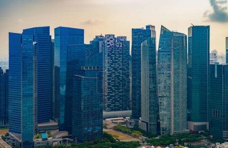 Photo pour Fenêtres de bureaux. Architecture en verre bleu design de façade avec reflet du ciel dans la ville urbaine, Centre-ville de Singapour Ville dans le quartier financier . - image libre de droit