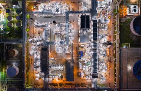 Widok z lotu ptaka rafinerii ropy naftowej i morza w przemyśle
