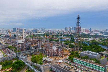Photo pour Vue aérienne de la raffinerie pétrochimique de pétrole et de la mer dans le concept de génie industriel dans le district de Bangna, Bangkok City, Thaïlande. Gazoducs et oléoducs dans l'industrie. Usine métallique moderne . - image libre de droit