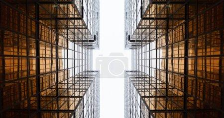 Photo pour Bâtiment doré. Vitres vitrées de gratte-ciel de bureau modernes dans la technologie et le concept d'entreprise. Conception de façade. Structure de construction de l'architecture extérieure pour l'arrière-plan de paysage urbain . - image libre de droit