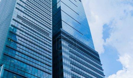 Photo pour En admirant les immeubles de bureaux, les gratte-ciel, les architectures du quartier financier. Smart ville urbaine pour les affaires et la technologie concept fond dans le centre-ville de Hong Kong, Chine . - image libre de droit