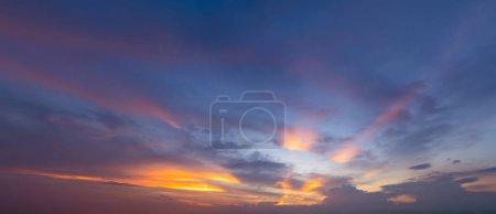 Photo pour Coucher de soleil. Nature abstraite. Bleu et orange dramatiques, nuages colorés au crépuscule . - image libre de droit