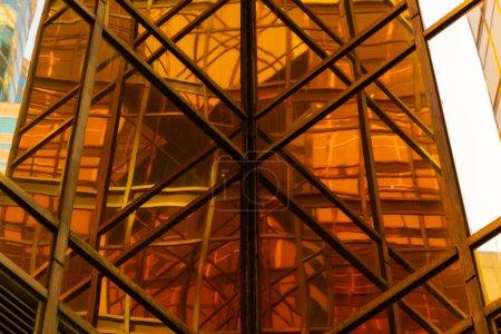 Photo pour Bâtiment doré. Vitres vitrées de gratte-ciel de bureau modernes dans la technologie et le concept d'entreprise. Conception de façade. Structure de construction de l'architecture ou de l'ingénierie. Extérieur pour fond urbain - image libre de droit