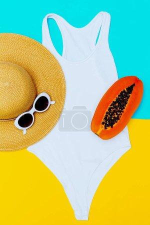 Tenue de plage. Maillot de bain blanc et accessoires. Look d'été