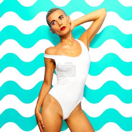 Photo pour Sensuel Ladyl en maillot de bain blanc à la mode. Mode Beach Wear - image libre de droit