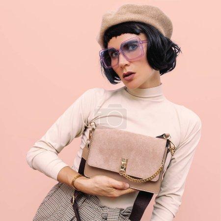 Femme brune dans des vêtements vintage et des accessoires élégants. Autum