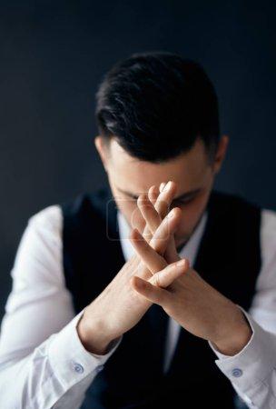 Photo pour Homme de prière sur le fond noir. Espoir, foi, concept de dépression - image libre de droit