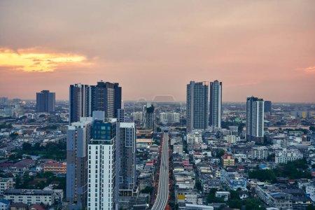 Photo pour Coucher de soleil panoramique dans le centre-ville de Bangkok paysage urbain avec des gratte-ciel - image libre de droit