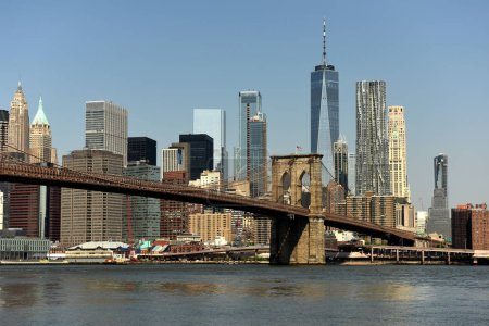 Photo pour Paysage urbain de New York. New York City, quartier financier dans le Lower Manhattan vue de Brooklyn Bridge Park . - image libre de droit