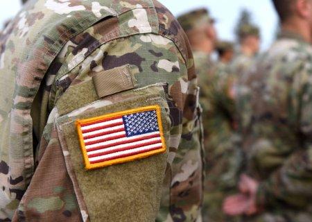 Foto de Día de los veteranos. Soldados norteamericanos del brazo. Nosotros Ejército. Las tropas estadounidenses. - Imagen libre de derechos