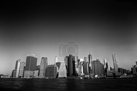 Photo pour Découvre le quartier financier dans le lower Manhattan depuis Brooklyn Bridge Park, New York - image libre de droit