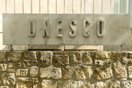 Photo pour Paris, France - 30 août 2019 : Le logo de l'Organisation des Nations Unies pour l'éducation, la science et la culture (UNESCO) sur le principal bâtiment de l'UNESCO à Paris, en France . - image libre de droit