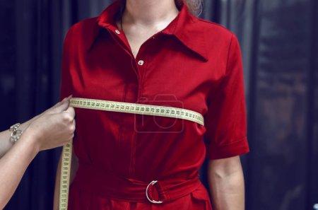 Photo pour Adapter les mesures des coffres au modèle féminin - image libre de droit