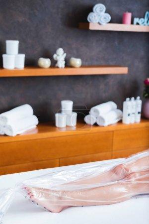 Photo pour Traitement anti-cellulite avec sac en nylon au salon de beauté - image libre de droit