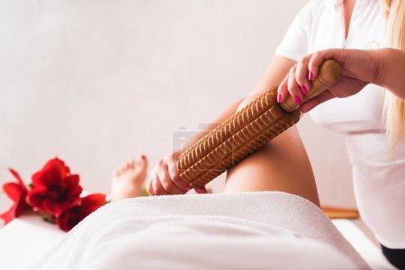 Photo pour Gros plan jambes de belle jeune femme sur madérothérapie anti-cellulite massage traitement de la jambe au salon de beauté spa - image libre de droit