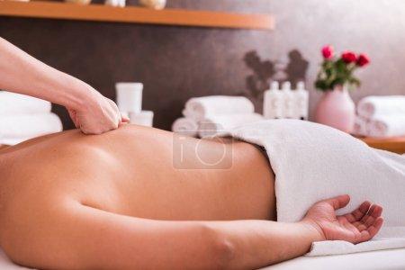 Photo pour Homme avec massage dans le salon de spa, closeup. Massage sportif - image libre de droit