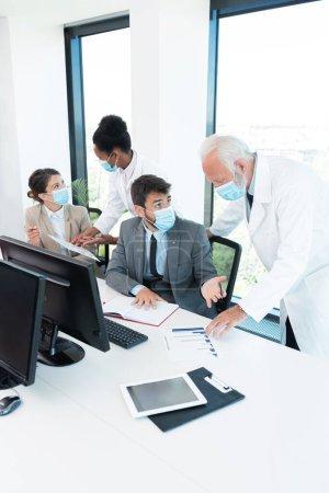 Photo pour Les médecins forment les employés sur le coronavirus dans l'entreprise - image libre de droit