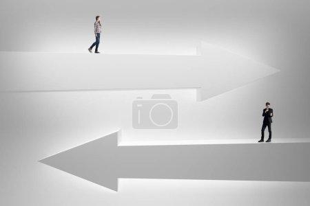 Homme d'affaires et de la femme sur les flèches blanches abstraites. Concept de choix, de direction et de succès. rendu 3D
