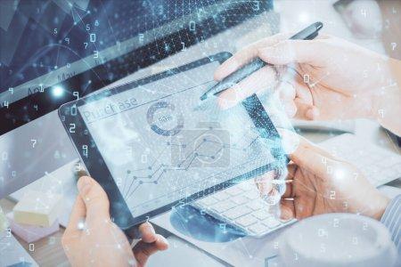 Photo pour Double exposition des hommes tenant la main et utilisant un appareil numérique et un dessin de l'hologramme cérébral. Concept de données. - image libre de droit