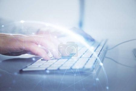 Photo pour Hologramme de thème de réseau de médias avec l'homme travaillant sur l'ordinateur en arrière-plan. Concept de communication internet. Double exposition . - image libre de droit