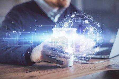 Foto de Holograma temático de la red de medios con el hombre trabajando en el ordenador en segundo plano. Concepto de comunicación en Internet. Doble exposición. - Imagen libre de derechos