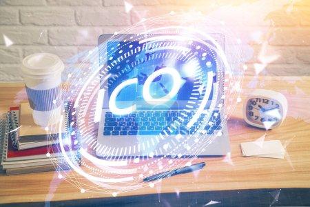 Photo pour Exposition multiple de thème blockchain hologramme et table avec fond d'ordinateur. Concept de Bitcoin crypto-monnaie. - image libre de droit