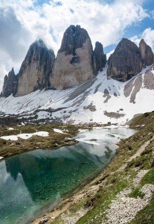 Photo pour Magnifiques lacs alpins au pied de la montagne Tre Cime (Drei Zinnen). Sesto Dolomites, Italie - image libre de droit