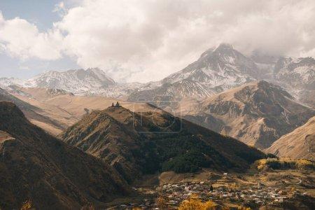 Photo pour Majestueuses montagnes et les collines couvertes de neige blanche, de nature à couper le souffle et de paysage - image libre de droit
