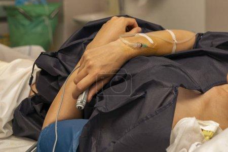Photo pour La femme dans une salle d'accouchement avec un compte-gouttes et appuyez sur le bouton à distance pour une dose régulière d'anesthésie épidurale - image libre de droit