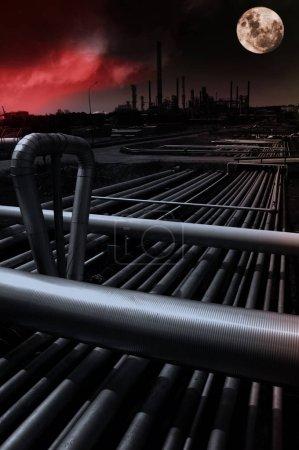 Photo pour Industrie pétrolière et gazière, raffinerie et pétrochimie, prise de vue nocturne avec pleine lune et ciel rouge - image libre de droit