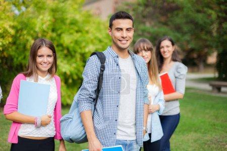 Photo pour Portrait extérieur d'un groupe d'élèves devant leur école - image libre de droit