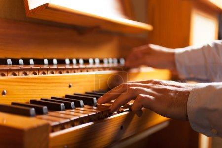 Photo pour Détail d'un homme jouant d'un orgue - image libre de droit