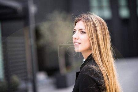 Joven empresaria sonriente en la ciudad