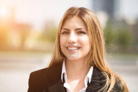 Photo pour Portrait d'une jeune femme d'affaires souriante - image libre de droit