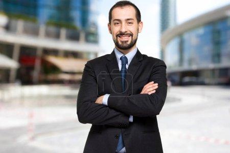 Photo pour Beau businessman en plein air dans une ville moderne - image libre de droit