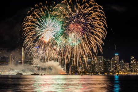 Photo pour Grand finale of the July first, Canada day, fireworks in Vancouver, British Columbia, Canada. - image libre de droit