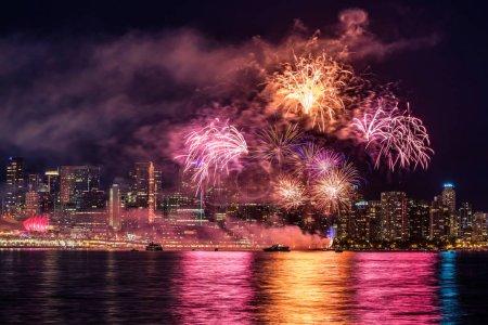 Photo pour Feu d'artifice coloré pour la fête du Canada à Vancouver, Colombie-Britannique - image libre de droit
