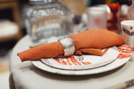 Leinenserviette mit Tellern auf dem Tisch