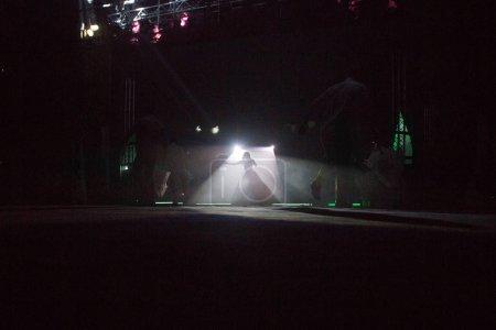 Foto de Concierto con focos de colores y luces del escenario - Imagen libre de derechos