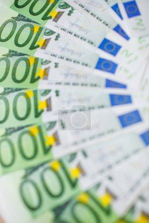 Photo pour De l'argent. Les billets en euros se rapprochent. Plusieurs centaines de billets en euros . - image libre de droit