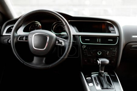 Photo pour Détails intérieurs de voiture de luxe. Bâton automatique d'engrenage d'une voiture moderne. - image libre de droit