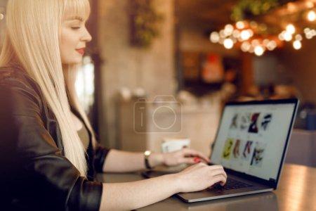 Photo pour Site d'achats en ligne sur ordinateur portable. Fille faisant l'e-shopping. Paiement en ligne, Mains tenant smartphone. Affichage de la page de détail de paiement - image libre de droit
